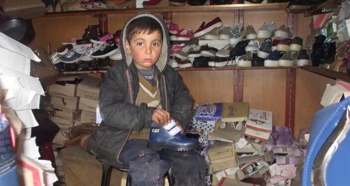 طفل سوري في محل أحذية