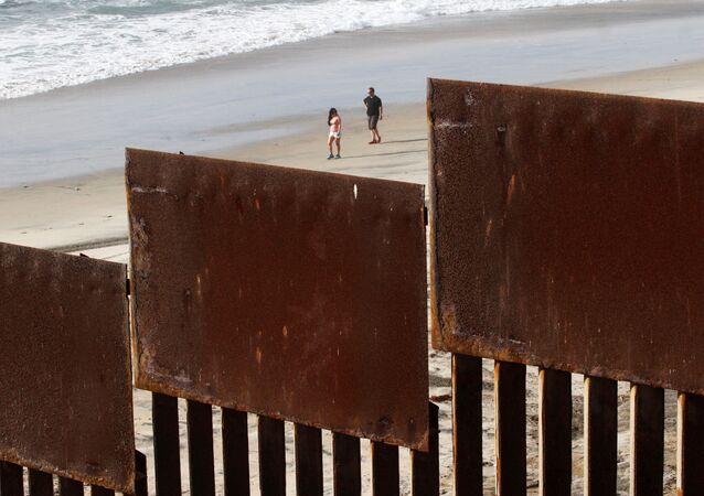 السياج الذي يفصل بين المكسيك والولايات المتحدة في منطقة سان دييغو، كاليفورنيا