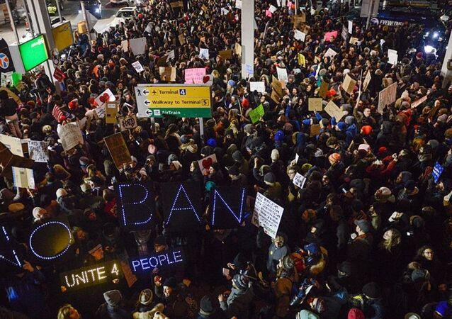 تظاهرات أمام مطار كينيدي احتجاجا على على قرار الهجرة