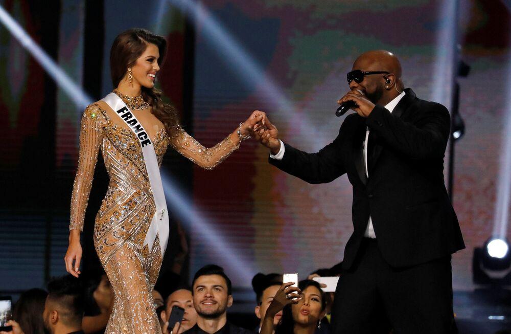 الفرنسية إيريس ميتينير الحائزة على لقب ملكة جمال الكون لعام 2017 وأحد أعضاء الفرقة الموسيقية Boyz II Men، الفلبين 30 يناير/ كانون الثاني 2017