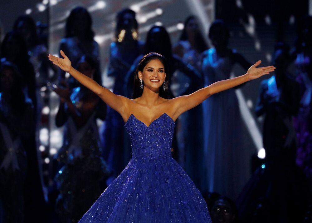 ملكة جمال الكون لعام 2016 بيا ورتزباخ تحيي الحضور خلال حفل المسابقة في مانيلا، الفلبين 29 يناير/ كانون الثاني 2017