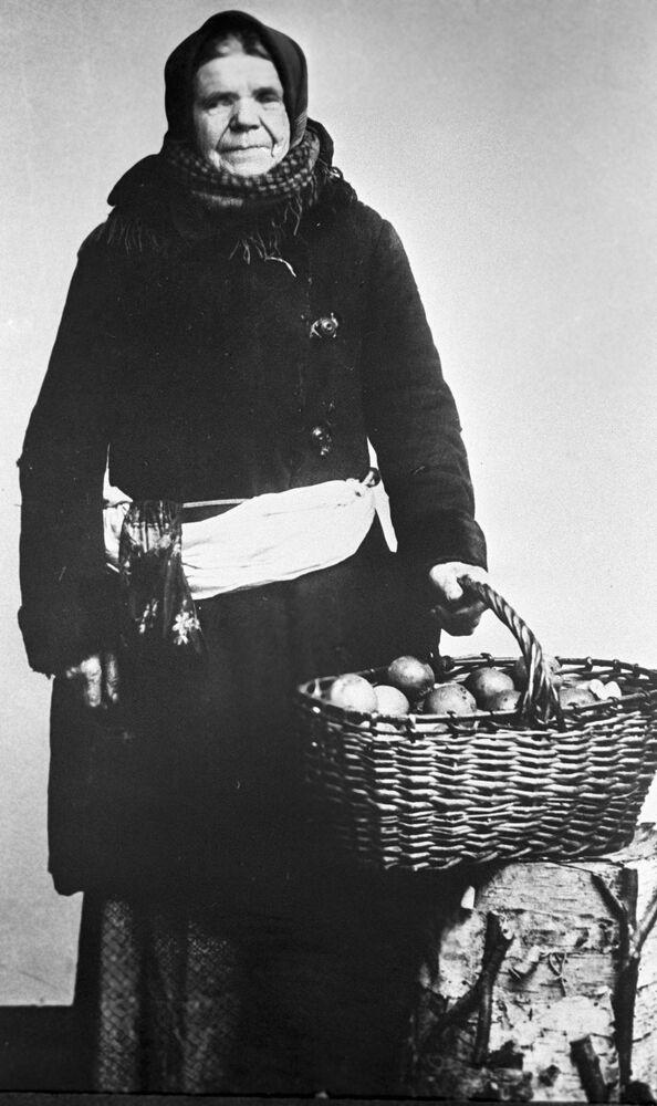 بائعة تفاح، موسكو عام 1913