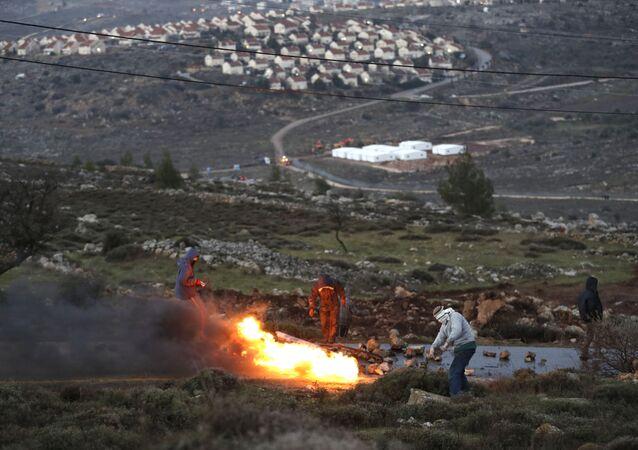 مستوطنون إسرائيليون يحرقون إطارات السيارات رفضاً على تركهم أمونا شمال شرق رام الله بالضفة الغربية، فلسطين 1 فبراير/ شباط 2017