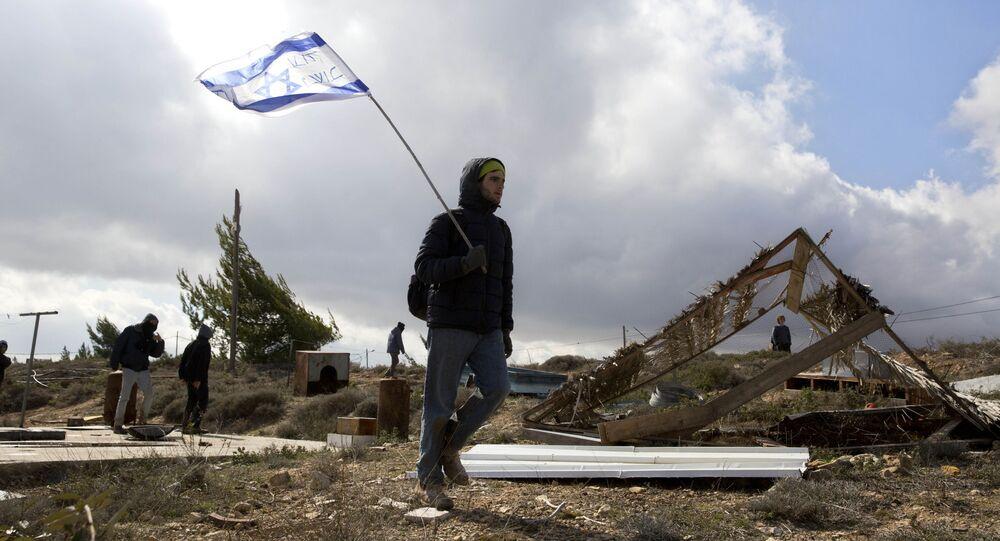مستوطن إسرائيلي يحمل علم إسرائيل، 1 فبراير/ شباط 2017