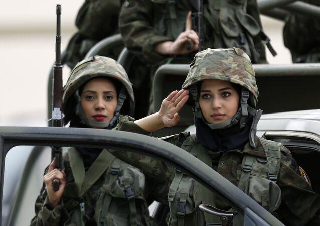 كتيببة النساء في قوات حرس الرئيس الفلسطيني أثناء التدريبات بمشاركة قوات الأمن الفلسطيني  بمخيم للشباب في مدينة أريحا، الضفة الغربية، فلسطين 25 يناير/ كانون الثاني 2017