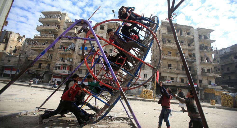 أطفال يلعبون في حي بمدين حلب، سوريا 30 يناير/ كانون الثاني 2017