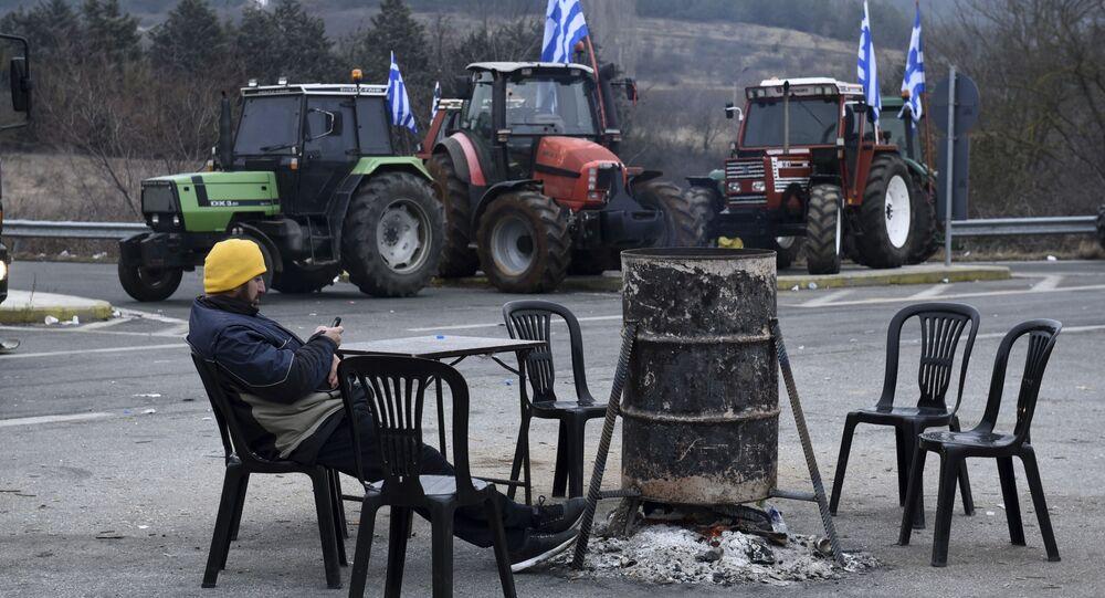 مزارع يوناني يجلس بجوار جراره لليوم الرابع احتجاجاً على سياسة خفض الدخل، اليونان 2 فبراير/ شباط 2017