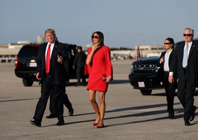 دونالد ترامب وزوجته ميلانيا في مطار بالم بيتش الدولي