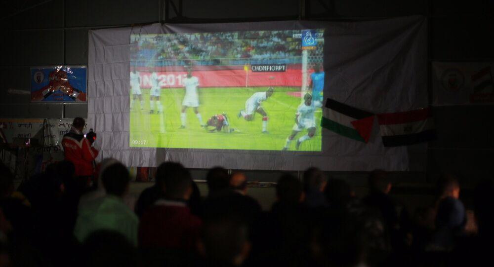 جماهير من قطاع غزة تتابع لقاء لمنتخب مصر