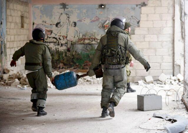 خبراء إزالة الألغام من المركز الدولي لإزالة الألغام التابع للقوات المسلحة الروسية في الأحياء السكنية في حلب في سوريا