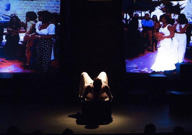 مشهد من مسرحية حبلى