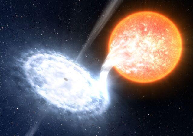 المجرة GX 339-4 - إحدى الثنائيات الأكثر ديناميكية في الفضاء، مع أربعة انفجارات خلال  الأعوام السبعة الماضية. في المجموعة الشمسية، نجم متطور لا يكبر الشمس كثيراً، يدور حول ثقب أسود يقدر حجمه بـ 10 أضعاف من الكتل الشمسية.