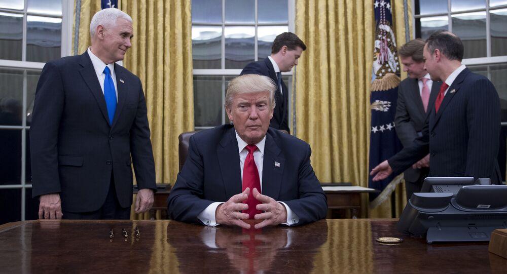الرئيس الأمريكي دونالد ترامب مع كبير موظفي البيت الأبيض جون كيلي
