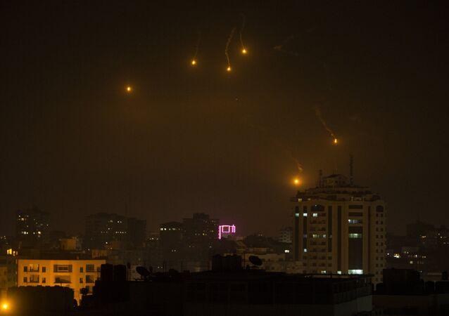 إطلاق الجيش الإسرائيلي لقنابل ضوئية في جميع أنحاء قطاع غزة، فلسطين، 6 فبراير/ شباط 2017