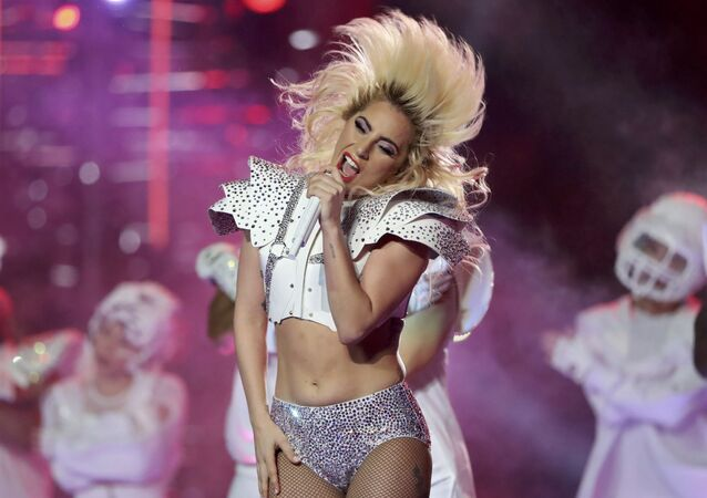 المغنية ليدي غاغا (Lady Gaga) خلال استراحة مباراة بطولة سوبر باول بين فريقي نيو انجلاند باتريوتس و أتلانتا فالكونس في هيوستن، تكساس، الولايات المتحدة 5 فبراير/ شباط 2017