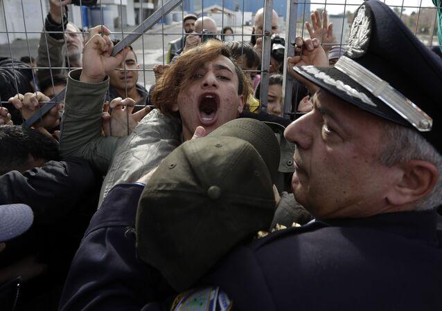 اشتباكات بين المهاجرين الأفغانيين والشرطة اليونانية، وذلك بعد أن أغلقوا مدخل مخيم المهاجرين هيلينكون أثناء زيارة وزير الهجرة يانيس موزاليس إليه في جنوب أثينا، اليونان 6 فبراير/ شباط 2017
