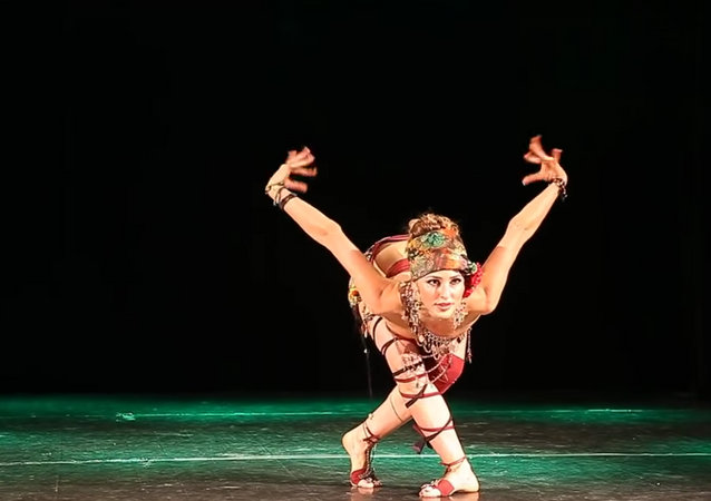 راقصة عجيبة