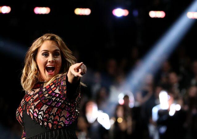 المغنية البريطانية أديل (Adele) خلال أدائها لأغنية Hello  الحفل الـ 59 لتوزيع جوائز غرامي الموسيقية في لوس أنجلوس، كاليفورنيا، الولايات المتحدة 12 فبراير/ شباط 2017