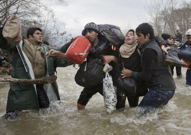 جائزة صورة الصحافة العالمية لعام 2017 (World Press Photo 2017) - فئة مشاكل العصر - اسم الصورة عبور المهاجرين  ( Migrant Crossing) - المرتبة الثانية  للمصور فاديم غريدا
