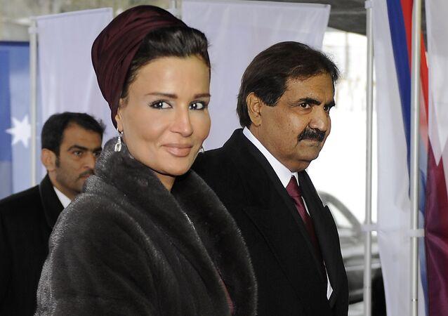 أمير قطر الشيخ حمد بن خليفة الثاني برفقة زوجته الشيخة موزة