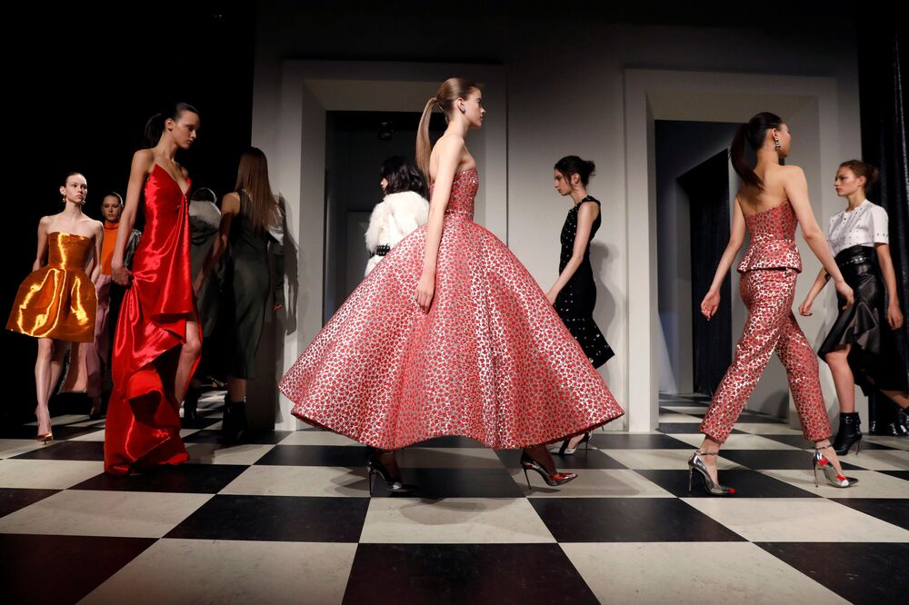 عارضات أزياء تقدم مجموعة أزياء  خريف/ شتاء 2017 من Monse and Oscar de la Renta في عرض أسبوع نيويورك للموضة، مانهاتن، الولايات المتحدة 13 فبراير/ شباط 2017