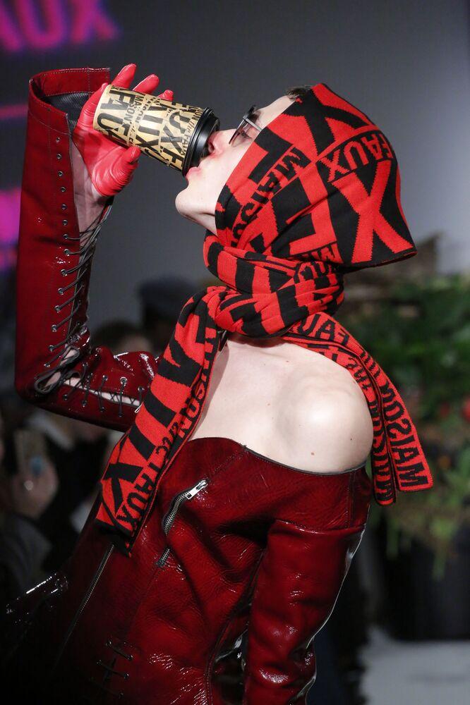 عارضات أزياء تقدم أزياء من the Maison the Faux   في عرض أسبوع نيويورك للموضة، مانهاتن، الولايات المتحدة، 11 فبراير/ شباط 2017