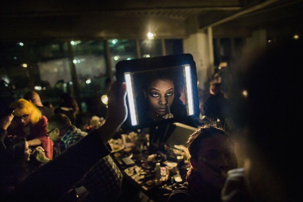 عارضة أزياء قبل بدء عرض أسبوع نيويورك للموضة، مانهاتن، الولايات المتحدة، 14 فبراير/ شباط 2017