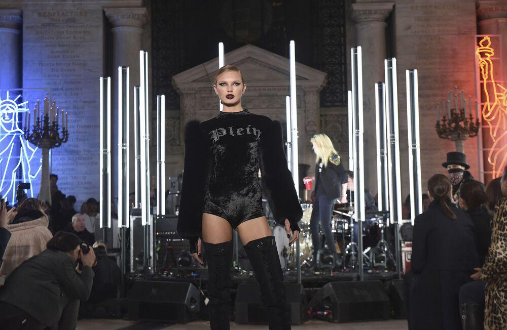 عارضات أزياء تقدم أزياء المصمم فيليب بلين في عرض أسبوع نيويورك للموضة، مانهاتن، الولايات المتحدة 13 فبراير/ شباط 2017
