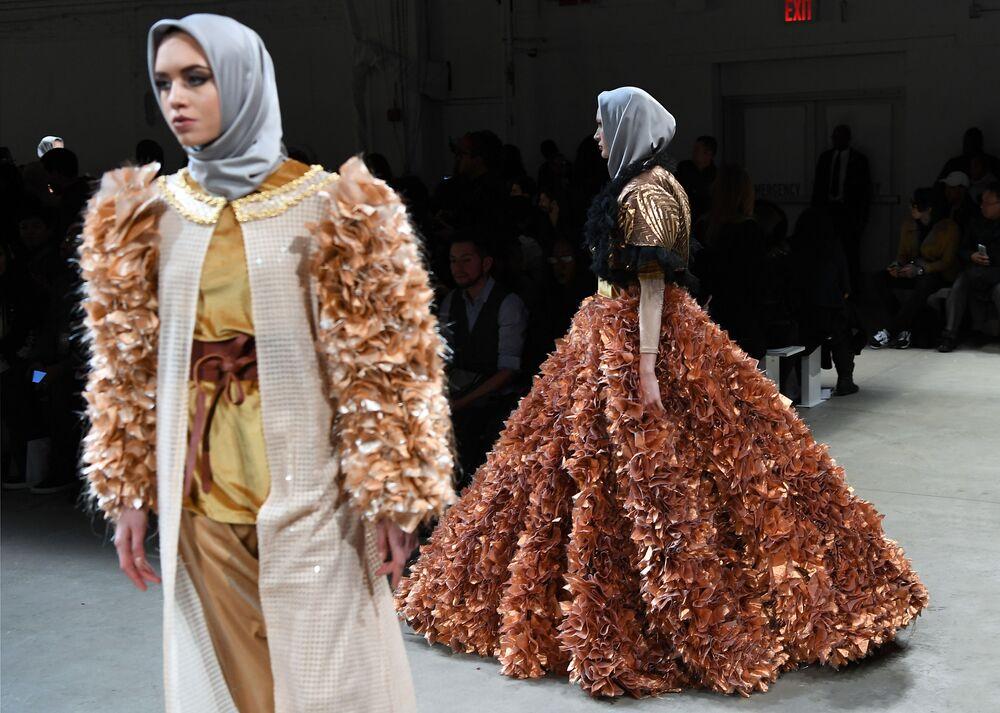 عارضات أزياء تقدم أزياء أنيسا هاسيبوان في عرض أسبوع نيويورك للموضة، مانهاتن، الولايات المتحدة 14 فبراير/ شباط 2017