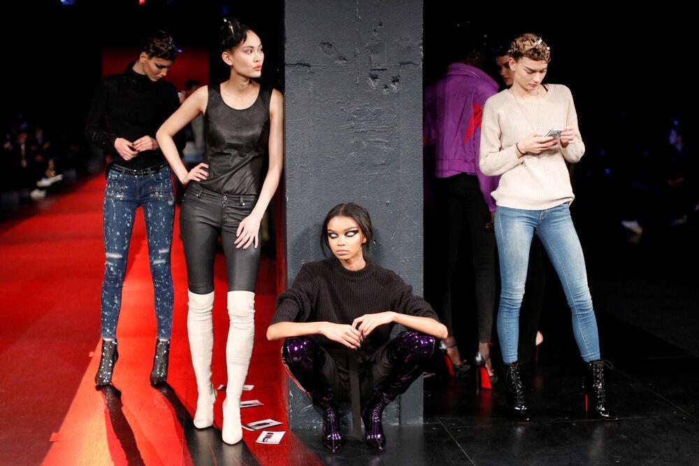 عارضات أزياء تقدم مجموعة أزياء خريف/ شتاء 2017 من ذا بلوندس (The Blonds) في عرض أسبوع نيويورك للموضة، مانهاتن، الولايات المتحدة  14 فبراير/ شباط 2017