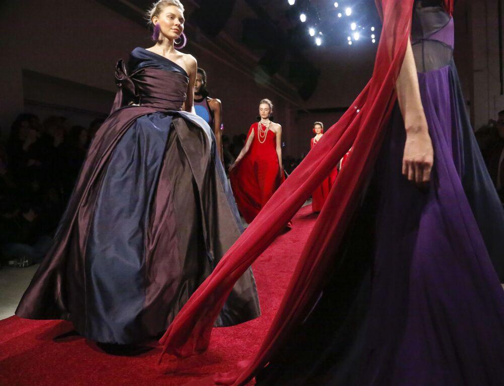عارضات أزياء تقدم مجموعة أزياء خريف/ شتاء من نعيم خان في أسبوع نيويورك للموضة، مانهاتن، الولايات المتحدة 10 فبراير/ شباط 2017