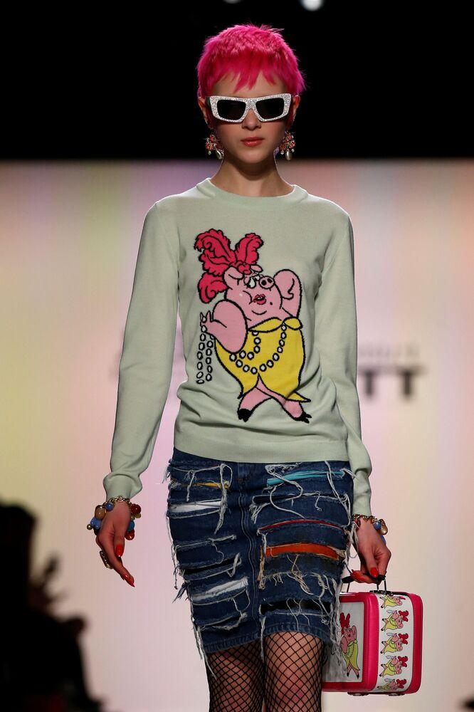 عارضة أزياء تقدم مجموعة أزياء خريف/ شتاء من جيريمي سكوت في أسبوع نيويورك للموضة، مانهاتن، الولايات المتحدة 10 فبراير/ شباط 2017