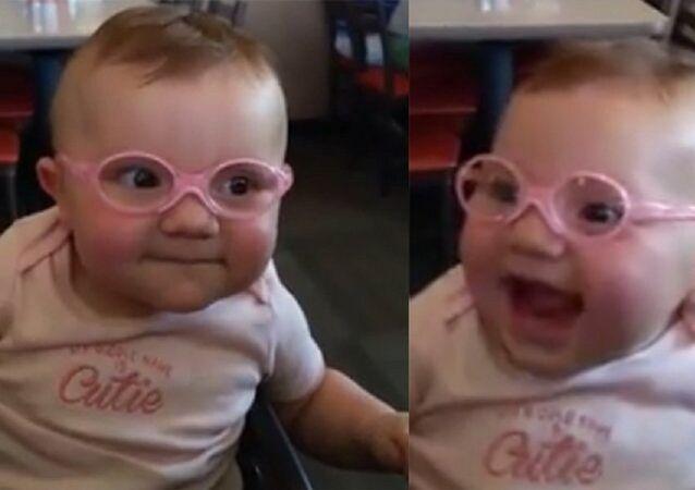 طفل يرى والديه لأول مرة