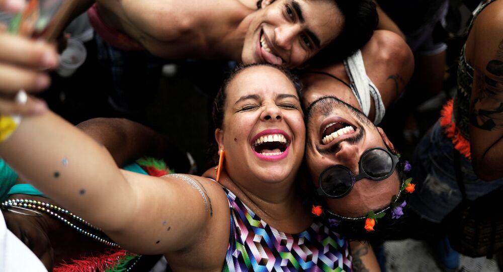 صورة سيلفي للمشاركين في مهرجان الرقص في  سان باولو، البرازيل 12 فبراير/ شباط 2017