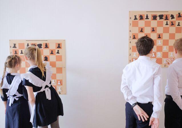 تلاميذ مدرسة رقم 48 يلعبون الشطرنج ضمن أنشطة خارج المنهج الدراسي في مدينة كراسنودار، روسيا