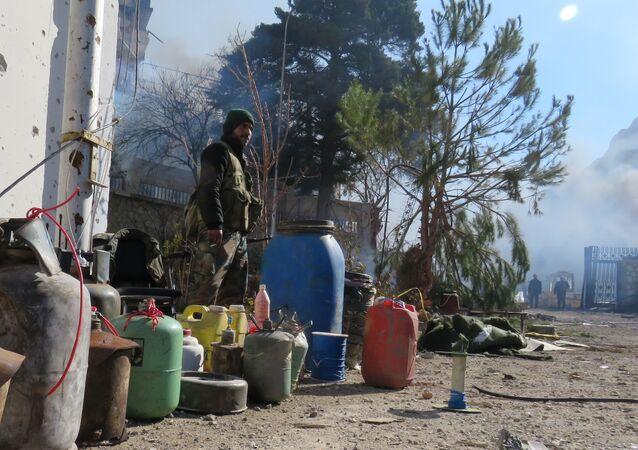 جندي من الجيش السوري يحرس أنابيب مياه بالقرب من عين الفيجه، سوريا 29 يناير/ كانون الثاني 2017