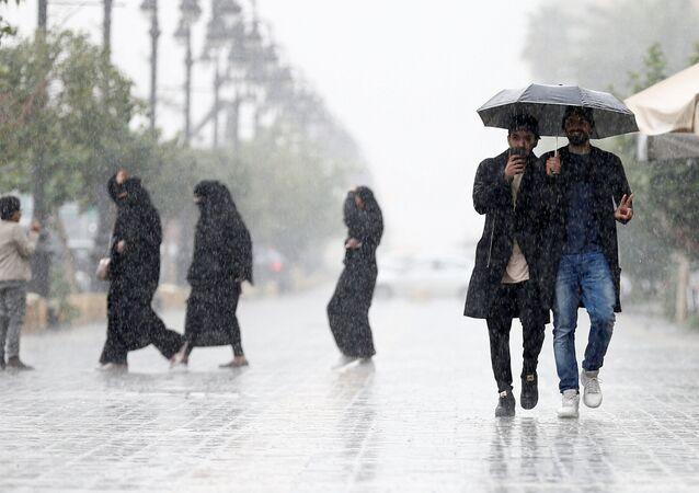 مواطنون في العاصمة السعودية الرياض يفرون من الأمطار