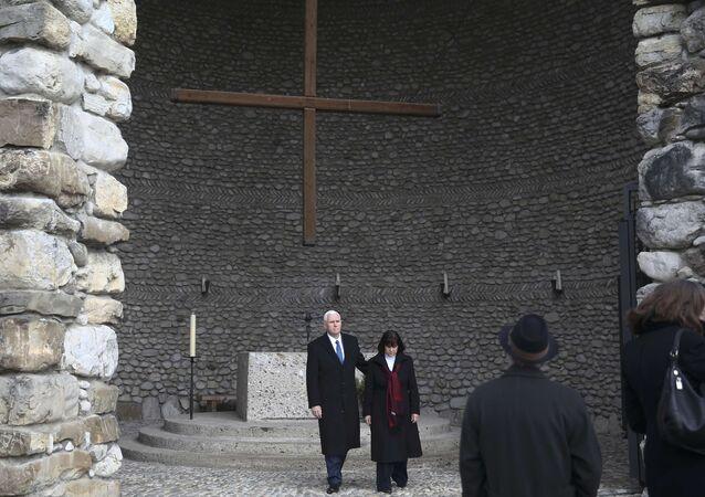 بنس وزوجته في زيارة إلى معسكر الاعتقال النازي