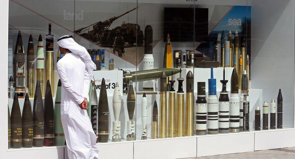 زائر في  معرض آيدكس الدولي للسلاح والمعدات العسكرية في أبو ظبي، الإمارات العربية المتحدة 19 فبراير/ شباط 2017