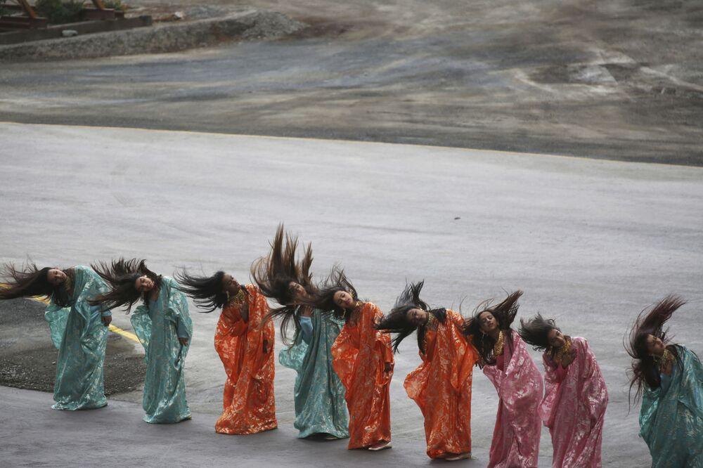 فتيات تؤدي رقصة شعبية في مراسم افتتاح معرض آيدكس الدولي للسلاح والمعدات العسكرية في أبو ظبي، الإمارات العربية المتحدة 19 فبراير/ شباط 2017