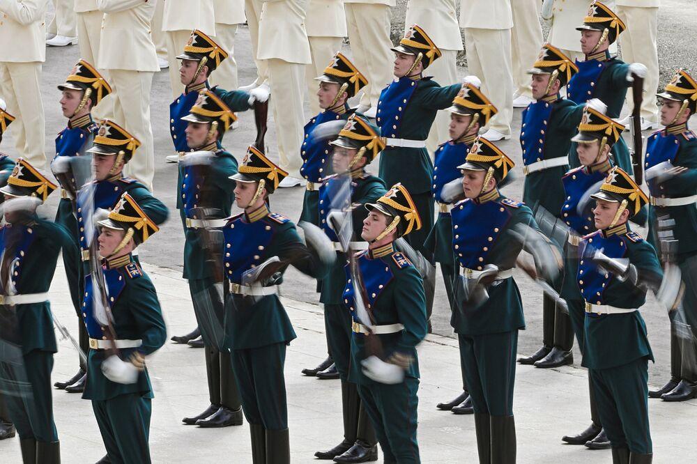 جنود الفوج الرئاسي الروسي أثناء عرضهم خلال مراسم افتتاح معرض آيدكس الدولي للسلاح والمعدات العسكرية في أبو ظبي، الإمارات العربية المتحدة 19 فبراير/ شباط 2017