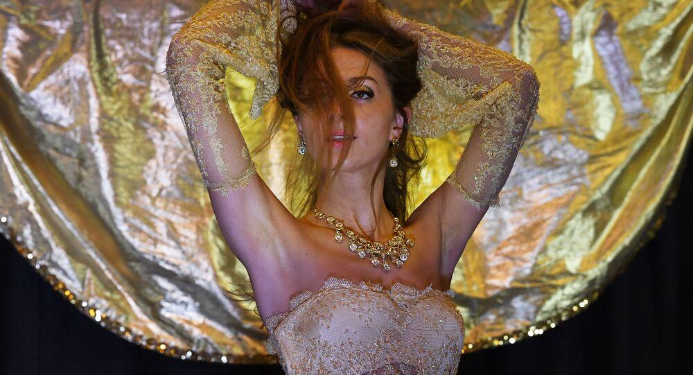 المسابقة الدولية للرقص الشرقي راقصة الكون (Belly Dancer of the Universe) لعام 2017 - الراقصة زاينا من بولندا، في لونغ بيتش، كاليفورنيا، الولايات المتحدة الأمريكية 19 فبراير/ شباط 2017