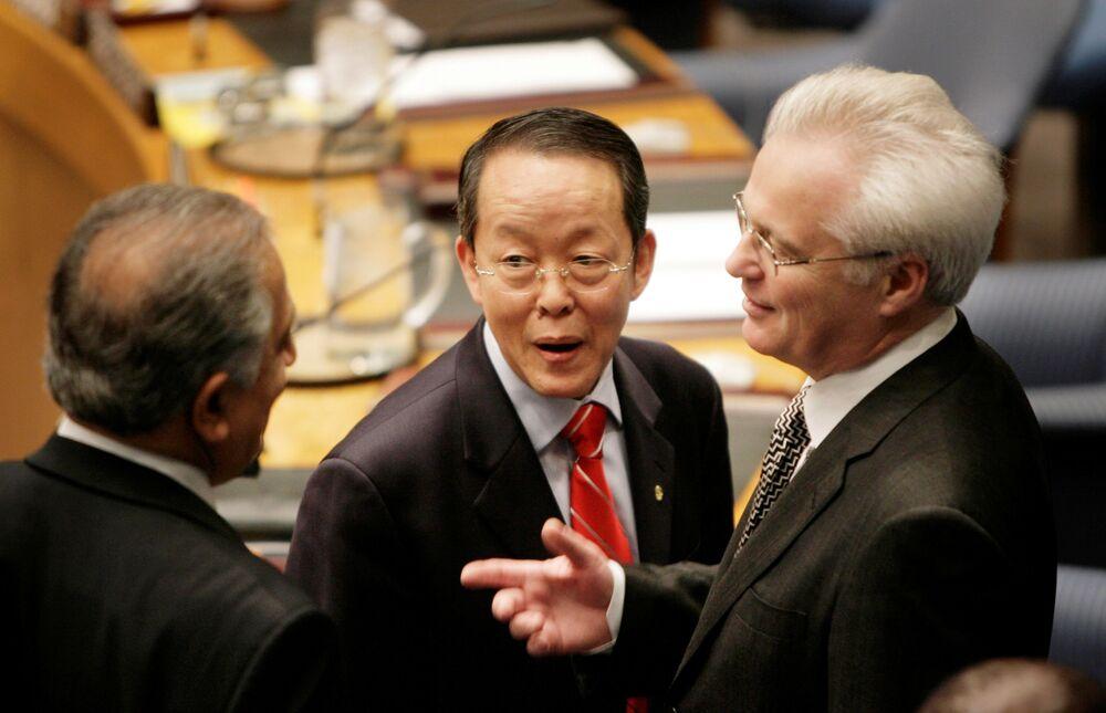 ممثل روسيا الدائم لدى الأمم المتحدة فيتالي تشوركين أثناء حديثه مع نظيريه الصيني غوانجيا وانغ والأمريكي زالماي خليل زاد قبيل الاجتماع حول قضية كوسوفو، نيويورك، 18 فبراير/ شباط 2008
