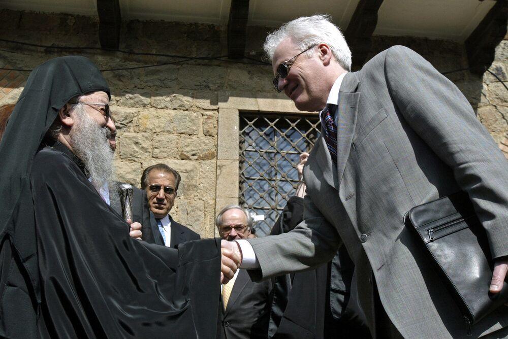 مطران الأرثوذكس في صربيا أرتيميجي يرحب بممثل روسيا الدائم لدى الأمم المتحدة فيتالي تشوركين عند زيارة الأخير إلى كوسوفو، 27 ابريل/ نيسان 2007