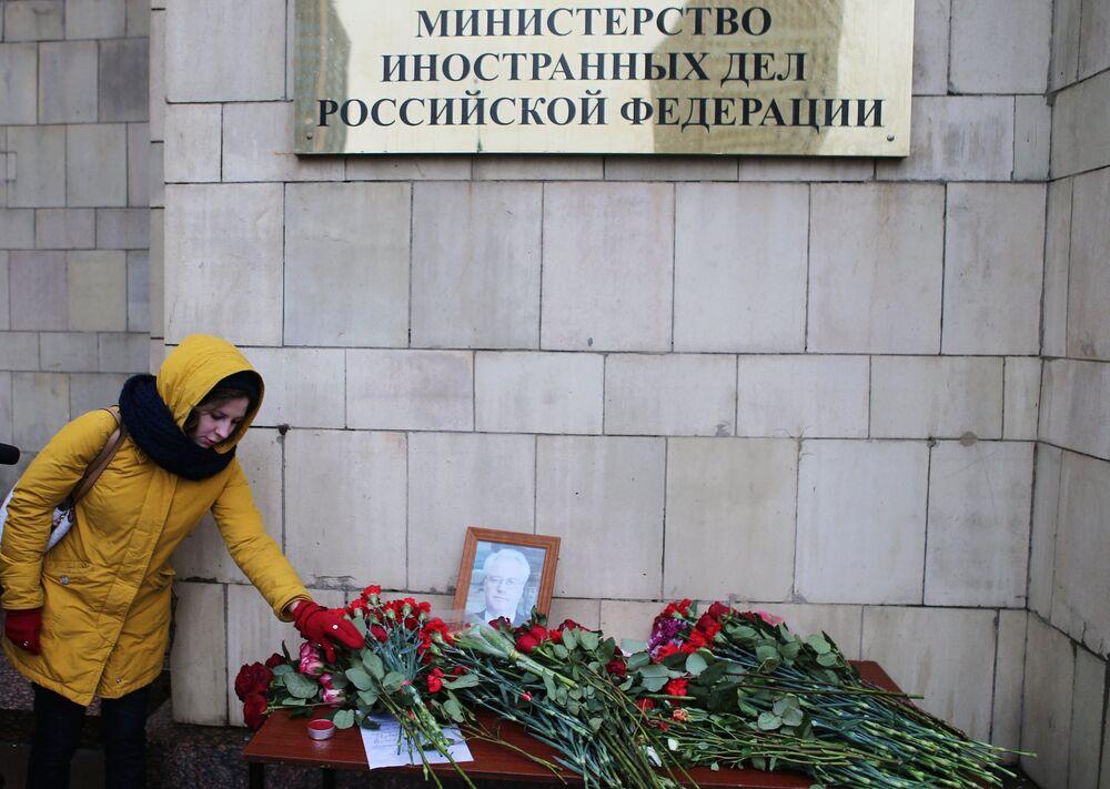 وضع أكاليل الزهور أمام مبنى الخارجية الروسية حزناً لوفاة الدبلوماسي الروسي فيتالي تشوركين، 21 فبراير/ شباط 2017