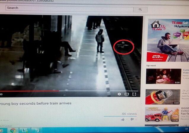 سقوط طفل على قضبان القطار
