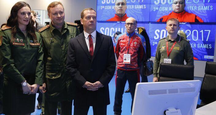 رئيس الوزراء الروسي ديمتري مدفيديف خلال تفقده لتحضيرات البطولة العسكرية في سوتشي