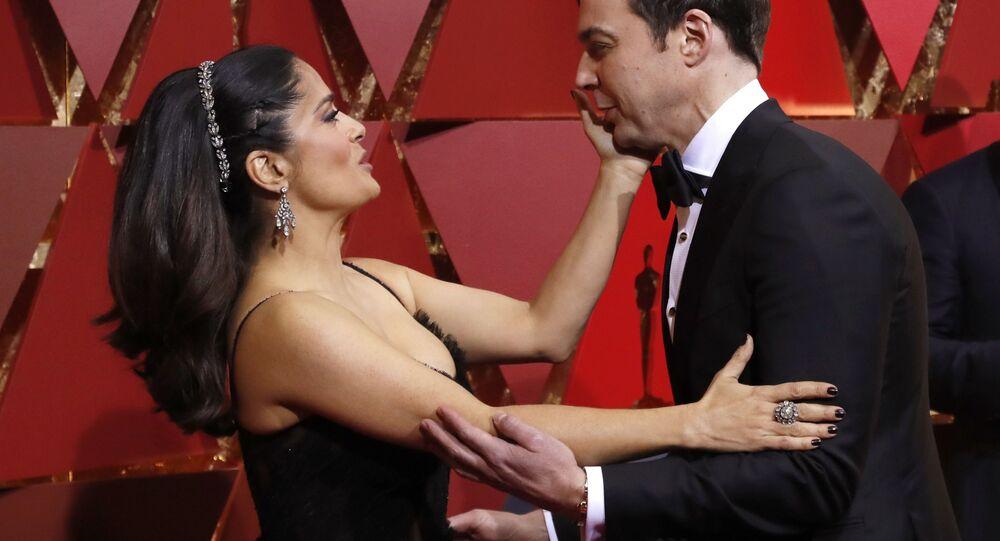 الحفل الـ 89 لتوزيع جوائز الأوسكار في لوس أنجلوس 26 فبراير/ شباط 2017 - الممثلة سلمى حايك ترحب بالممثل جيم بارسون