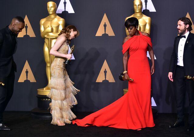 الممثلة إيما ستون (يسار) والممثلة فيولا دايفيس (يمين) الحاصلة على جائزة أوسكار في فئة أفضل ممثلة مساعدة، والممثل كايسي أفليك وجائزته في فئة أفضل ممثل