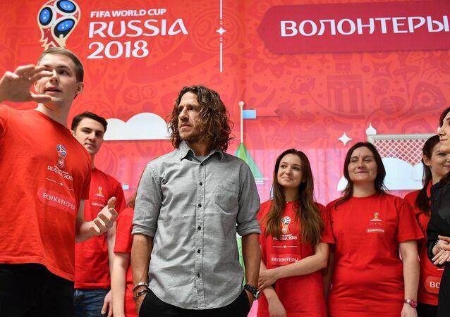كارلوس بويول خلال لقائه فريق المتطوعين في احدى جامعات موسكو